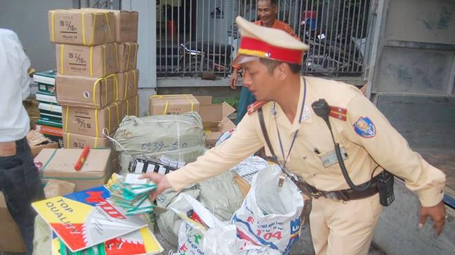 Lực lượng chức năng kiểm  kê lô hàng trên xe tải