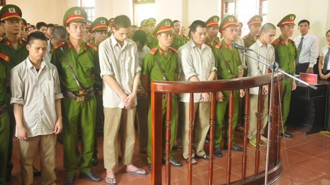 Các bị cáo cúi đầu nghe toà tuyên án chiều 15/7. Ảnh: Tuấn Nguyễn