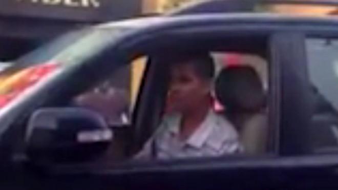 Tài xế lái xe biển xanh đi ngược chiều gây bức xúc cho người đi đường