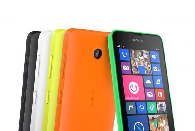 Ngoài hai màu trắng, đen, vỏ Lumia 630 còn được thiết kế độc đáo với 3 lớp màu: cam, xanh và vàng rực rỡ.