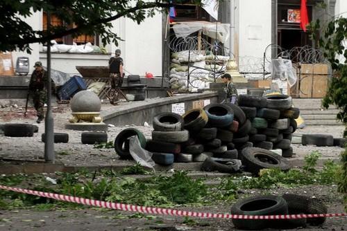 Các tay súng thuộc lực lượng ly khai ở thành phố Luhansk, miền đông Ukraine, đang đứng gác trước một tòa nhà chính quyền địa phương