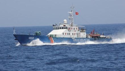 Tàu Cảnh sát biển 4032 của Việt Nam thực hiện quyền chấp pháp trên vùng biển Hoàng Sa.