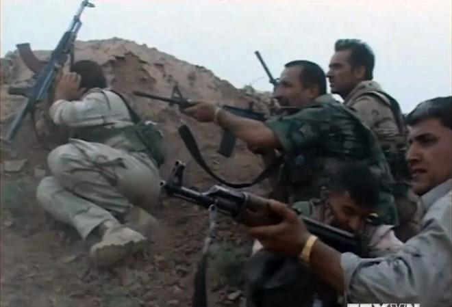 """Lực lượng an ninh Iraq giao tranh với phiến quân """"Nhà nước Hồi giáo Jihadist và Cận Đông (ISIL) ở Brema, phía tây Kirkuk. (Nguồn: AFP/TTXVN)"""