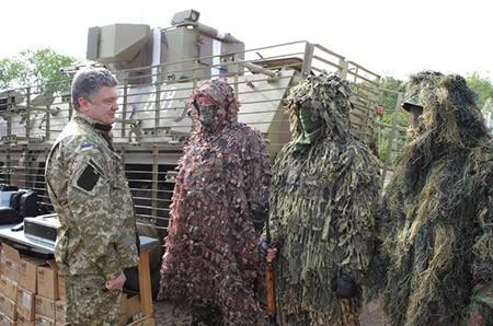 Tổng thống Ukraine trong cuộc trò chuyện với binh sĩ tại Donetsk (Ảnh: AP)