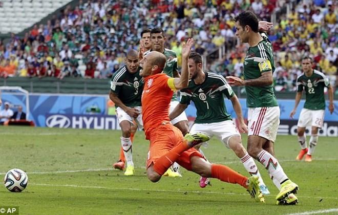 TIN NHANH World Cup sáng 30/6: Robben 'khôn khéo' nhận lỗi đóng kịch