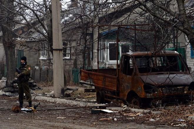 Đường phố bị tàn phá sau những trận pháo kích ở Donetsk. (Nguồn: kyivpost.com)