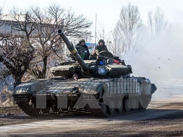 Xe tăng quân đội Ukraine tại thị trấn Debaltseve, khu vực Donetsk ngày 13/2. (Ảnh: AFP/TTXVN)