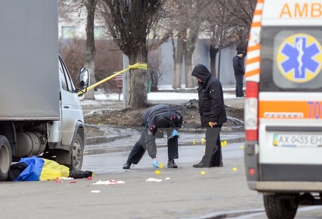 Cảnh sát điều tra tại hiện trường vụ nổ khiến 12 người thương vong. (Nguồn: AFP/TTXVN)