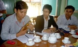Đại diện TNHH TM DV Tân Hiệp Phát đang quan sát chai nước ngọt Number One.