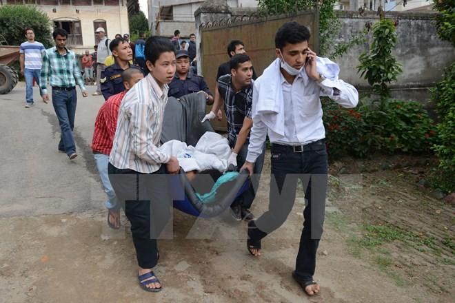 Nhân viên y tế Nepal chuyển các nạn nhân bị thương sau trận động đất ngày 25/4 đi chữa trị tại khu vực Lalitpur, ngoại ô Kathmandu. (Ảnh: AFP/TTXVN)