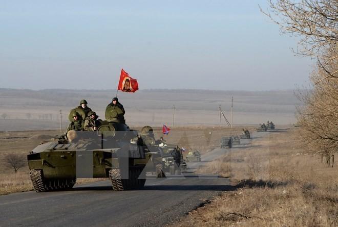 Lực lượng ly khai miền đông tại khu vực giới tuyến gần thành phố Starobeshevo, vùng Donetsk ngày 25/2. (Nguồn: AFP/TTXVN)