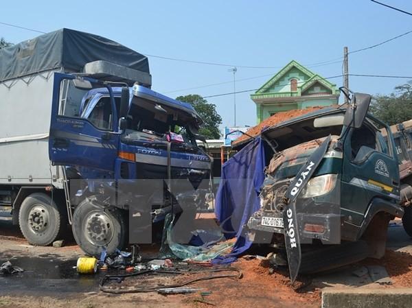 Hiện trường một vụ tai nạn giao thông hai xe tải đấu đầu nhau. (Ảnh: TTXVN)