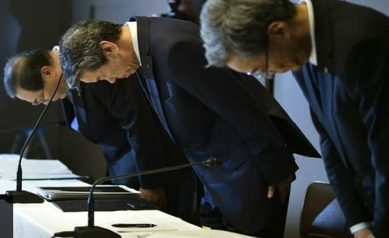 Lãnh đạo cấp cao của tập đoàn Toshiba cúi đầu xin lỗi vì vụ bê bối. Ảnh: AFP