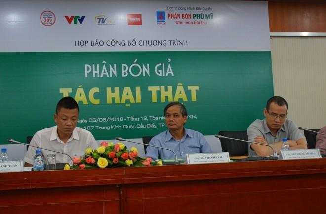 Ông Đỗ Thanh Lam, Phó Cục trưởng Quản lý thị trường -Bộ Công Thương (ở giữa) cho biết, tình trạng phân bón giả, kém chất lượng đang báo động.