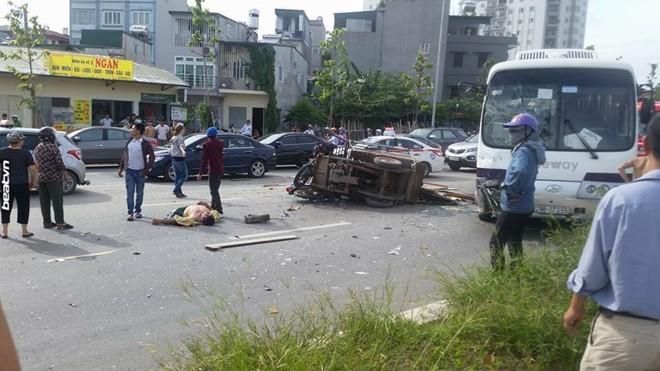 Chiếc xe lam và xe máy đổ chồng lên nhau sau va chạm với xe khách sáng 12/6. Ảnh: Dung Phan/Zing