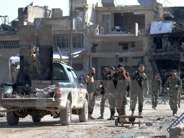Binh sỹ ủng hộ Chính phủ Syria làm nhiệm vụ tại khu vực Ramussa, ngoại ô Aleppo, Syria ngày 9/9 vừa qua. (Ảnh: AFP/TTXVN)