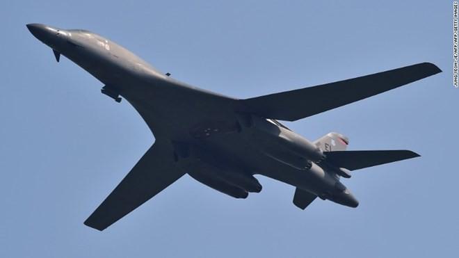 Một máy bay ném bom B-1B Lancer bay trên căn cứ Osan, Hàn Quốc. (Nguồn: CNN)