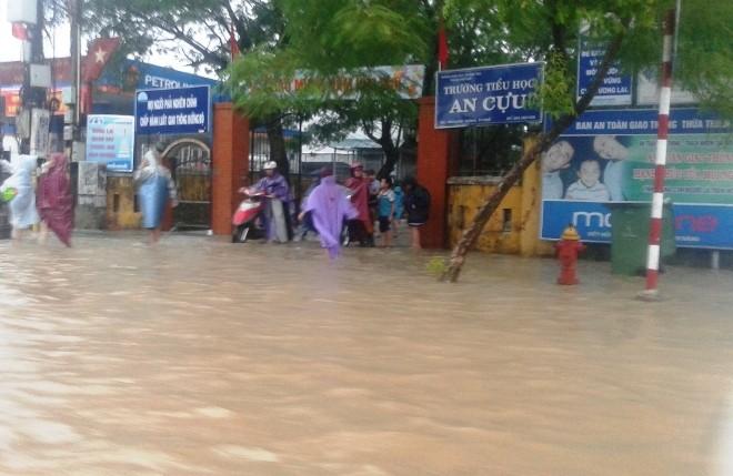 Mưa lớn, nhiều đường phố tại Huế ngập nặng