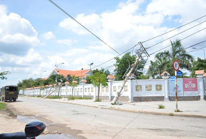 Một số trụ điện bị kéo ngã vào bức tường.