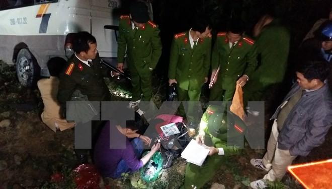 Lực lượng chức năng tỉnh Lào Cai khám nghiệm hiện trường và điều tra nguyên nhân vụ tai nạn. (Ảnh: Hương Thu/TTXVN)