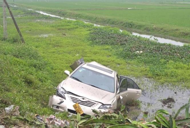 Chiếc xe mang biển Lào bị tàu đâm, hất văng xuống ruộng cạnh đường sắt.