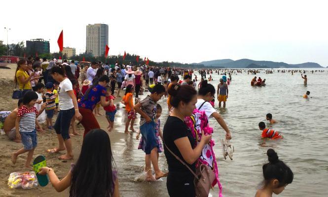 Biển Cửa Lò đông nghịt người trong ngày nghỉ lễ