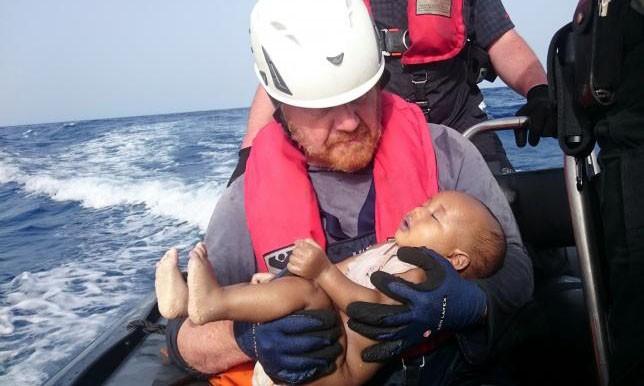 Bức ảnh nhân viên cứu hộ bế thi thể em bé nhập cư gây xúc động.