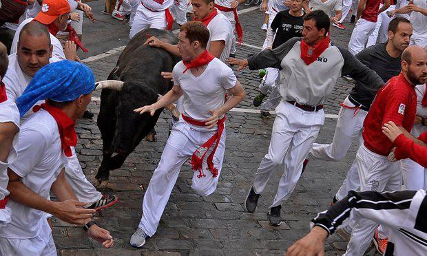 Mọi người bỏ chạy khỏi con bò hung hãn.