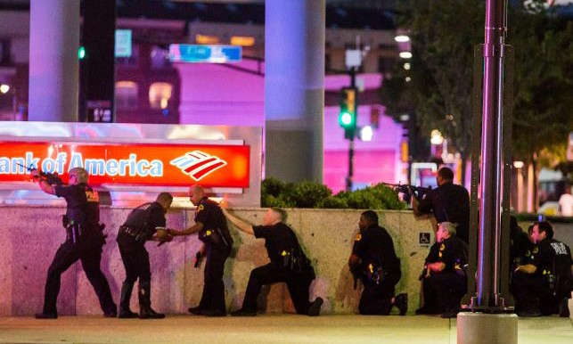 Cảnh sát đấu súng với nghi phạm bắn tỉa ở bãi đỗ xe trung tâm Dallas.