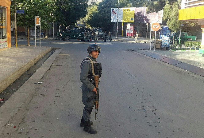 Một cảnh sát Afghanistan đứng gác gần vị trí xảy ra đánh bom ở Kabul ngày 6/9.