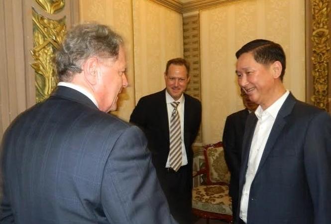 Phó Chủ tịch UBND TPHCM Trần Vĩnh Tuyến trao đổi với lãnh đạo Vigilant Solutions sau buổi làm việc