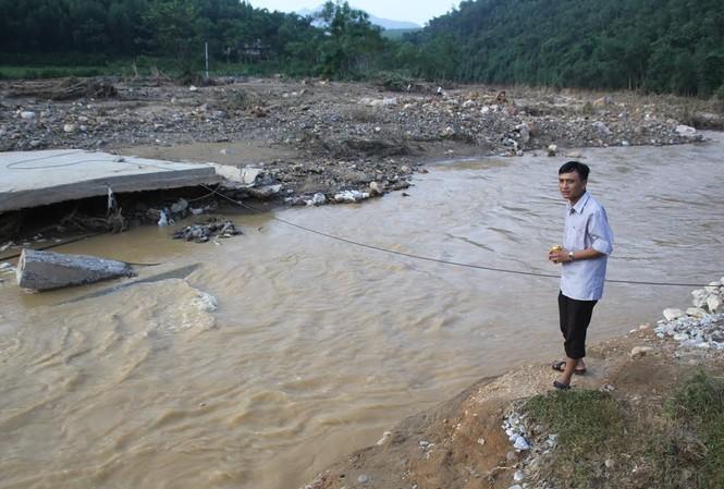Cây cầu huyết mạch của xã Châu Hội bị cuốn trôi, nhiều bản làng bị cô lập.