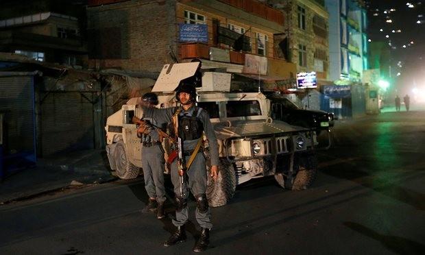 Cảnh sát Afghanistan đứng gác gần khu vực  ngôi đền Shia bị tấn công ở thủ đô Kabul. Ảnh: Mohammad Ismail / Reuters