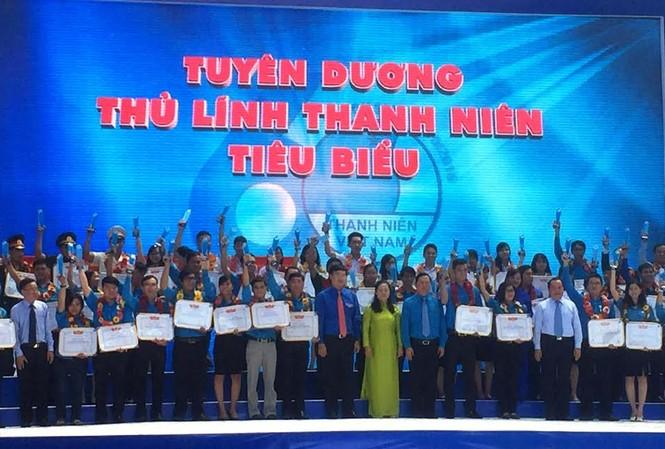 Trao Bằng khen Trung ương Hội LHTNVN cho các thủ lĩnh thanh niên tiêu biểu