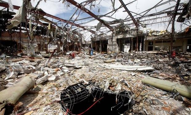 Tàn tích còn lại sau vụ không kích khiến 140 người chết trong buổi tang lễ ở Sanaa, Yemen. Ảnh: Reuters