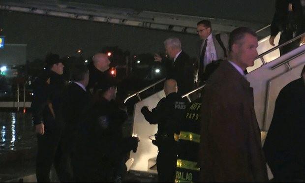 Ông Mike Pence xuống khỏi chiếc máy bay bị nạn tối 27/10. Ảnh: AP