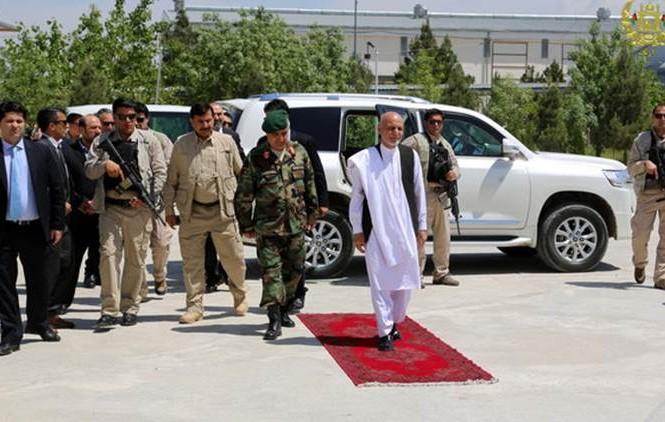 Tổng thống Afghanistan Ashraf Ghani thăm căn cứ quân sự Mazar-i-Sharif sau vụ tấn công của Taliban. Ảnh: AP