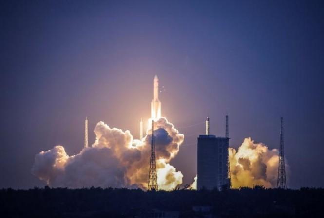 Phiên bản mới nhất của Trường Chinh 5 bay lên từ Trung tâm phóng vệ tinh Văn Xương vào chiều tối 2/7. Ảnh: Reuters