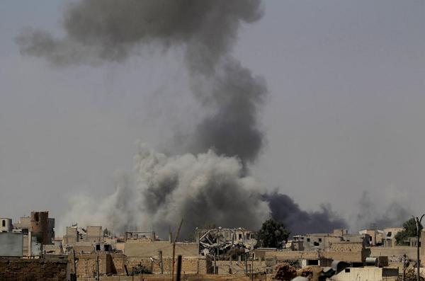 Những cột khói cao ngút trời và các công trình đổ nát từ lâu đã là hình ảnh quen thuộc ở Raqqa. Ảnh: Reuters