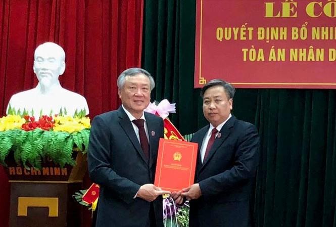 Chánh án TANDTC Nguyễn Hòa Bình trao quyết định và chúc mừng đồng chí Phạm Quốc Hưng.