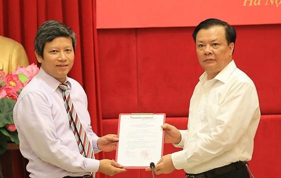 Bộ trưởng Đinh Tiến Dũng trao quyết định cho đồng chí Phạm Văn Trường. Ảnh: Báo Chính phủ