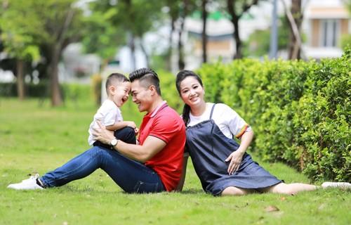 Vợ chồng Quốc Cơ - Hồng Phượng bên con trai. Ảnh: QC.