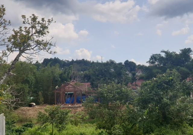 Công trình nhà trái phép đang được dựng trên đất lấn suối tự nhiên. Ảnh: Dân trí