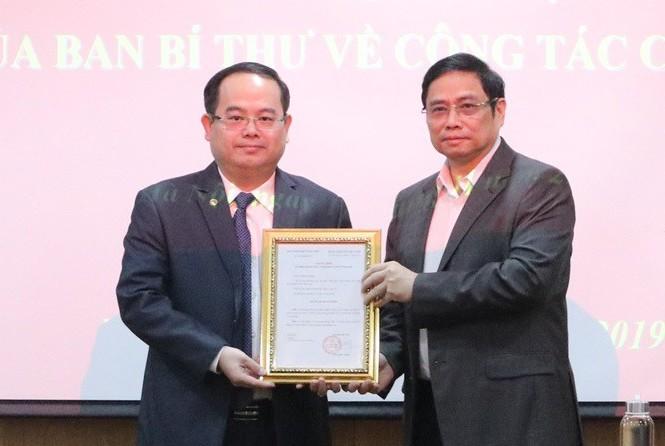 Ảnh: Ông Quản Minh Cường (trái) nhận quyết định làm Phó ban Tổ chức Trung ương từ ông Phạm Minh Chính. Ảnh: VNE