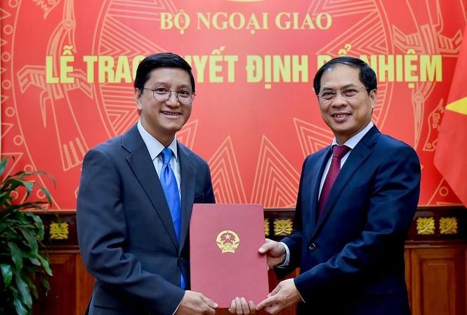 Thứ trưởng Bùi Thanh Sơn trao quyết định cho ông Nguyễn Thanh Hải.