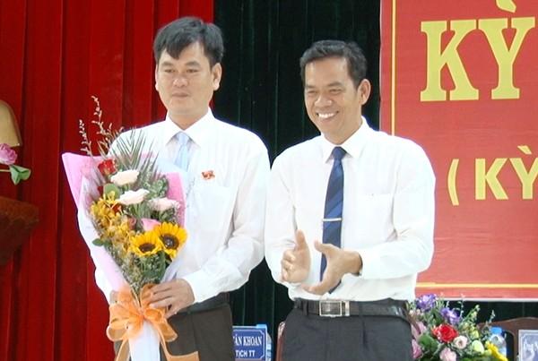 Ông Trần Trung Nhân (vô tay) được điều động giữ chức Trưởng Ban Nội chính Tỉnh ủy thay ông Hồ Văn Năm bị cách chức.