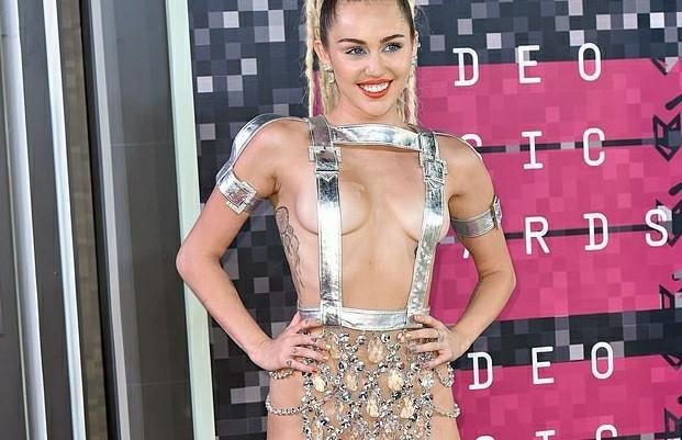 Bộ váy lai... khố của Miley Cyrus lọt top 5 'thảm hoạ của thập niên'