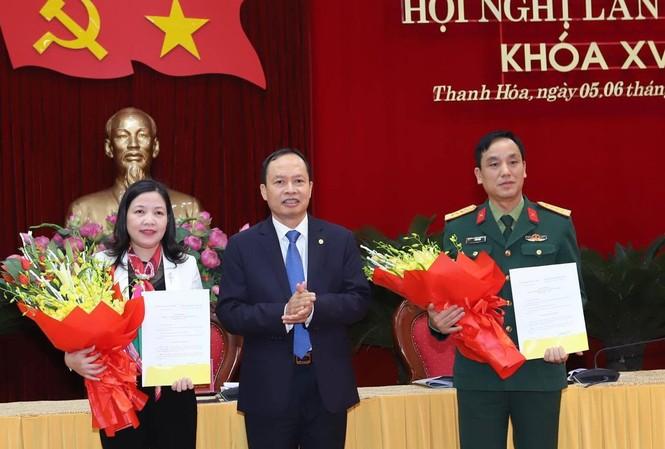 Đồng chí Trịnh Văn Chiến trao quyết định và chúc mừng các đồng chí Phạm Thị Thanh Thủy, Lê Văn Diện. Ảnh: VGP