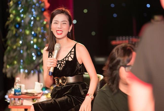 Lệ Quyên mời hai tuyển bóng đá Việt Nam sự Q Show 2. Ảnh: FBNV