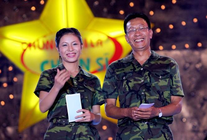"""Hoàng Linh và Lại Văn Sâm là hai MC đời đầu của """"Chúng tôi là chiến sĩ"""". Ảnh: FBNV"""